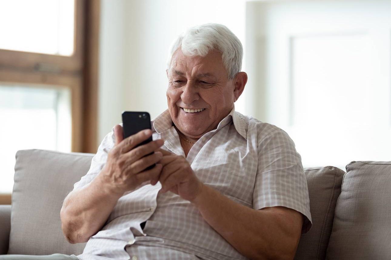 Homme vieux avec un téléphone à la main
