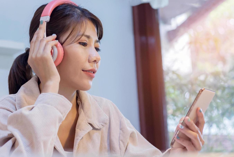 Femme écoute de la musique