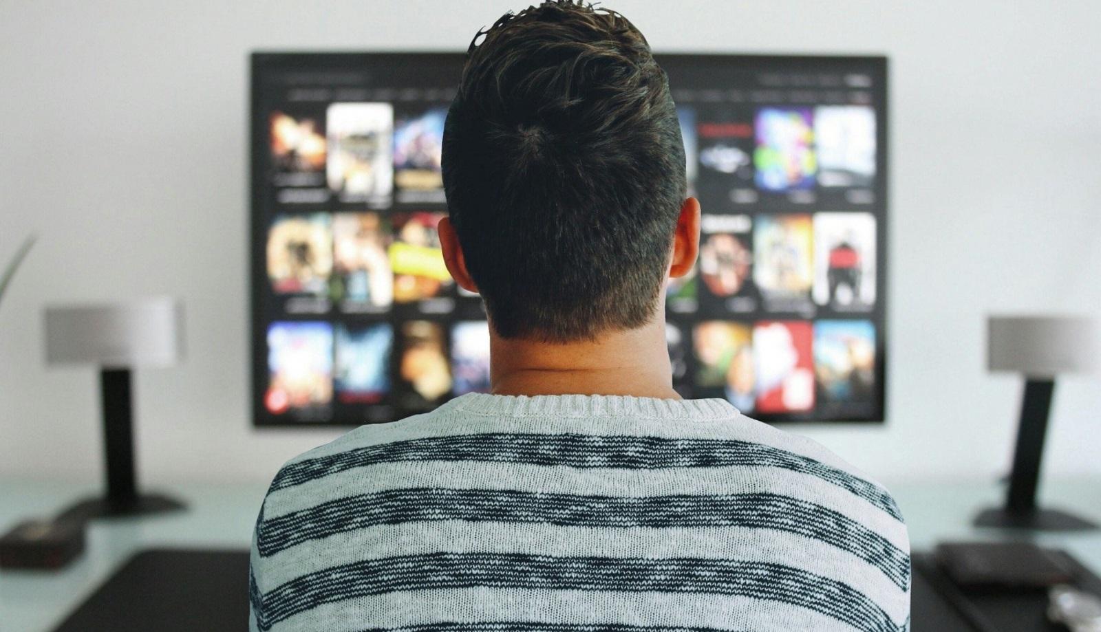 Homme devant logiciel streaming