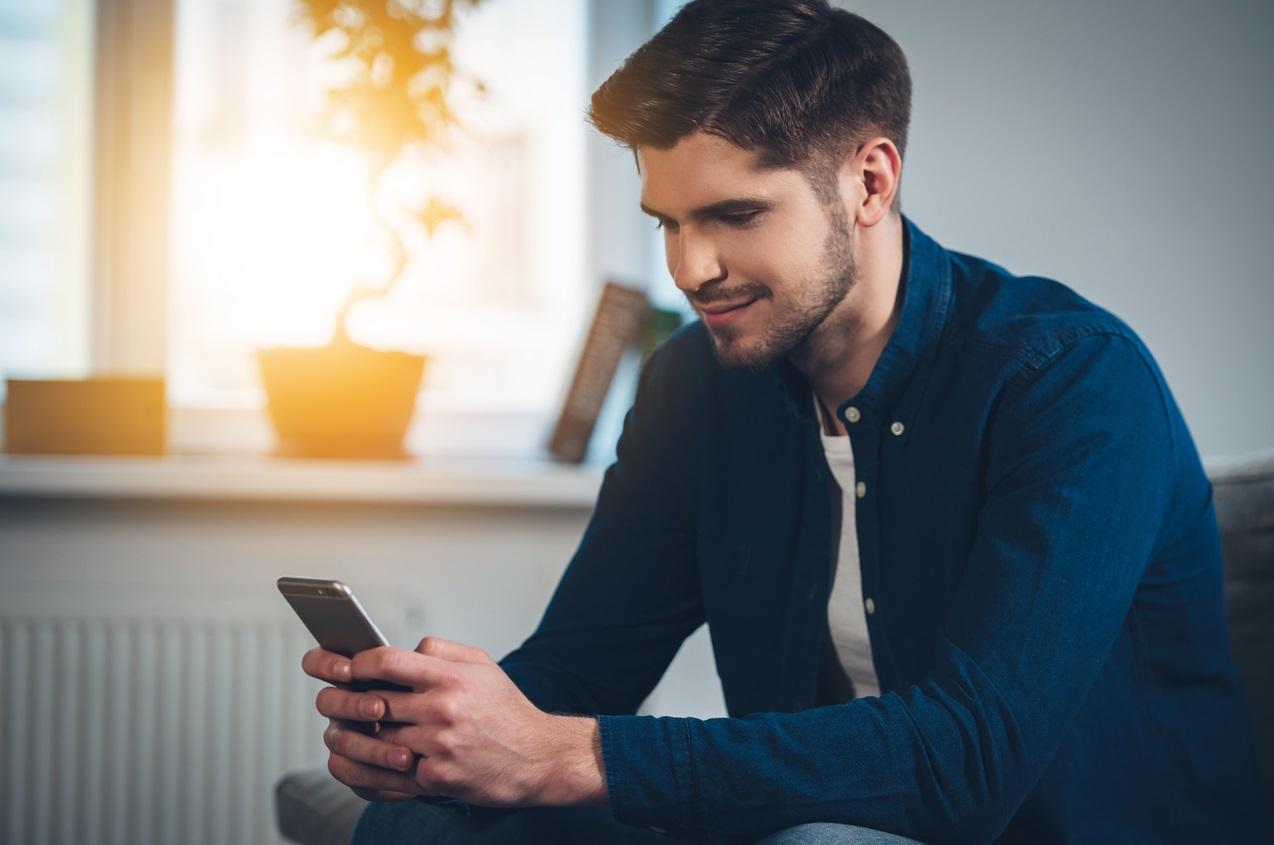 Homme devant son téléphone