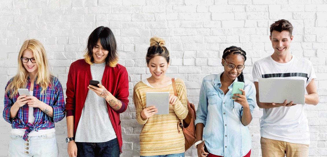 Jeunes avec ordinateur et téléphone