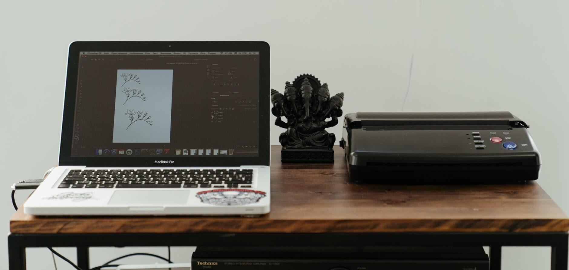 une imprimante avec un ordinateur à coté