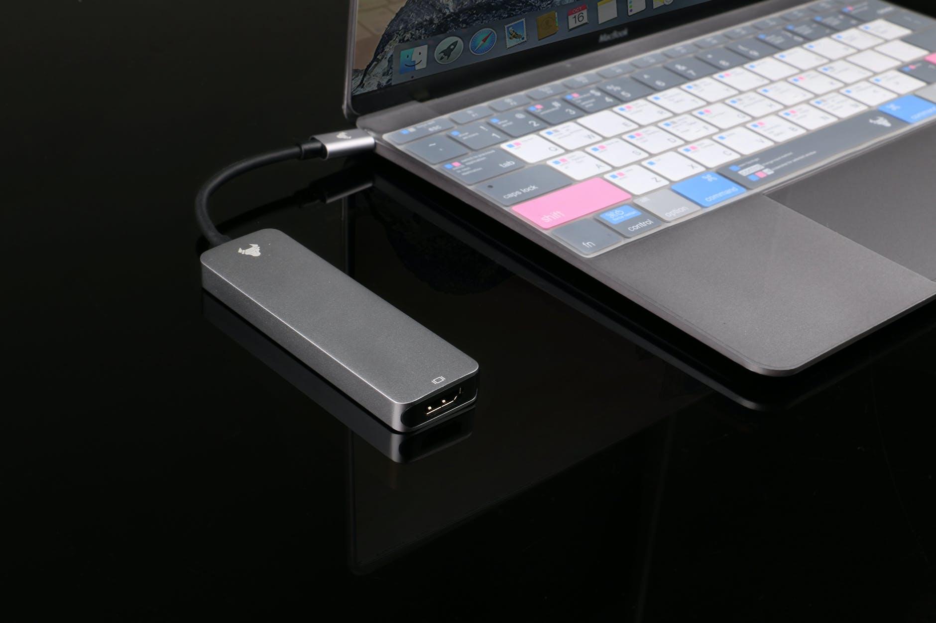 Une clé USB branché à un Macbook