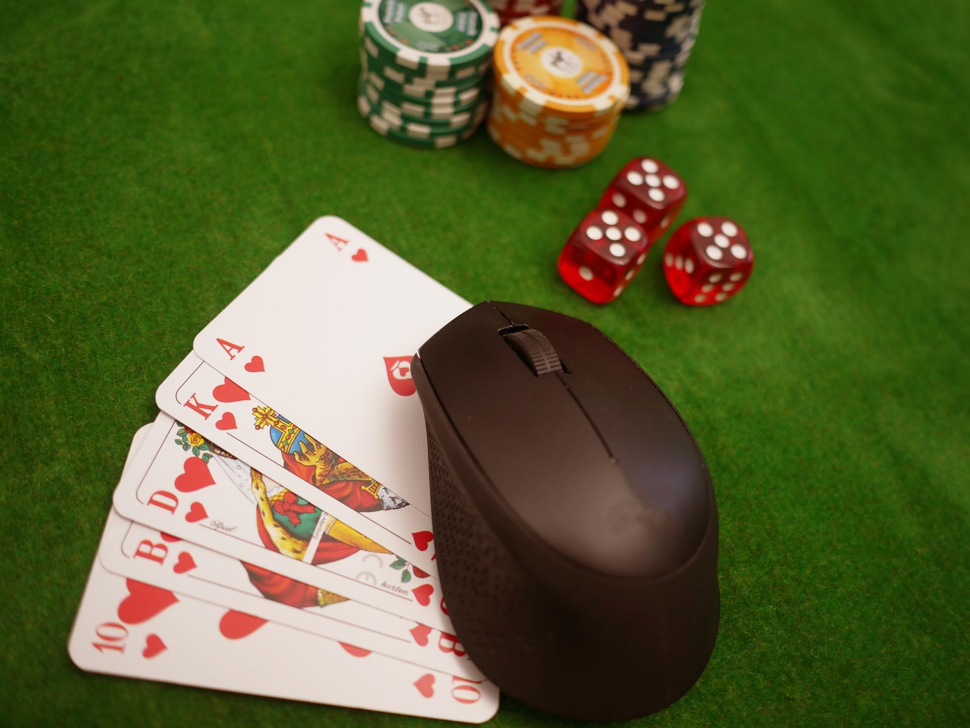 cartes dés jetons de poker sur tapis avec souris d'ordinateur pour casino en ligne